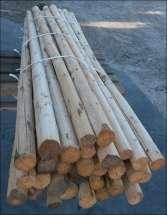 Et bundt afbarkede rafter klar til at blive brugt
