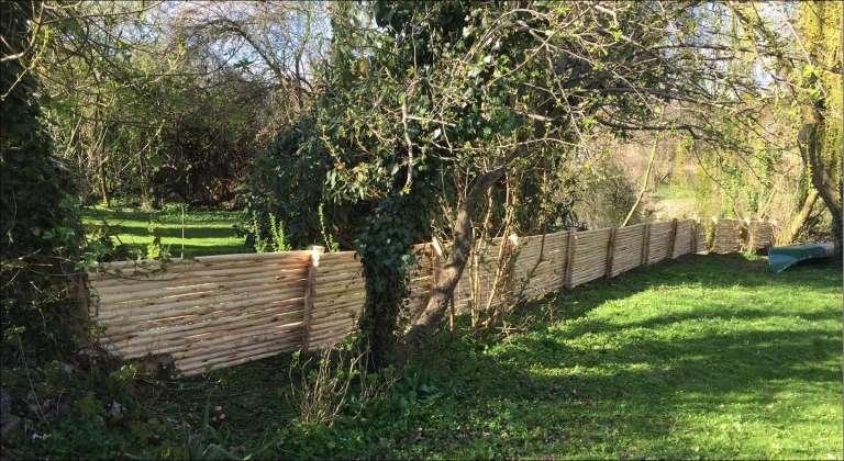 AFBARKEDE NATURRAFTER her brugt til hegn i have Kan males i de farver man ønsker eller stå neutralt og patinere.